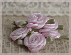 Satijnen roosjes lichtroze. Per 5