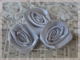 Satijnen roosjes zilver. Per 10