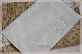 Bewerkte pergamijn loonzakjes, watermerk rand. Per 10