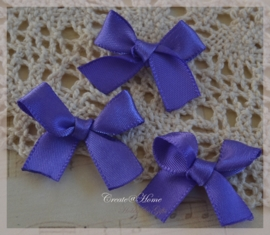 Satijnen strikjes paars. Per 10