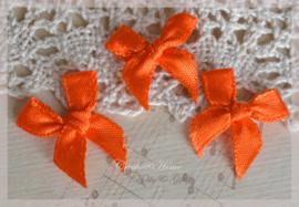 Strikjes satijn oranje. Per 10