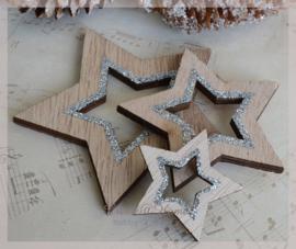 Houten sterren bruin met zilveren glitters. Per setje van 3
