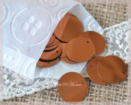 Pergamijn zakje gevuld met 69 bruine kunststof hangers