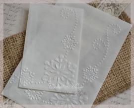 Bewerkte pergamijn loonzakjes, sneeuw sierlijk. Per 10