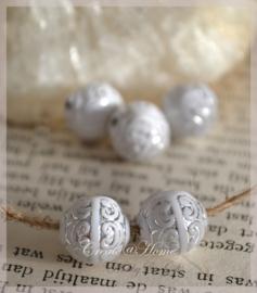Acryl kralen semi rond wit/zilver barok motief. Per 10