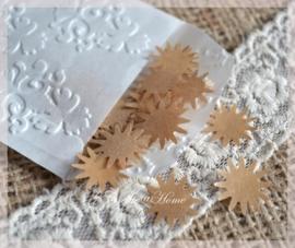 Gegomde kraftpapier zonnetjes in het bruin/wit in een pergamijn/kraft zakje
