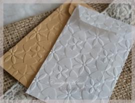 Bewerkte pergamijn & kraft loonzakjes, bloem/vlinder. Per 10