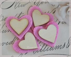 Vilt hartjes met een houten hartje. Per 4