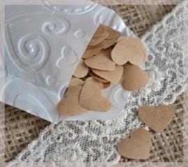 Gegomde kraftpapier hartjes in het bruin/wit in een pergamijn/kraft zakje