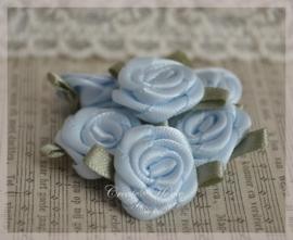 Satijnen roosjes lichtblauw. Per 5