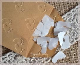 Gegomde kraftpapier babyvoetjes bruin/wit in een pergamijn/kraft zakje