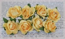 Papieren roosjes geel. Per 8