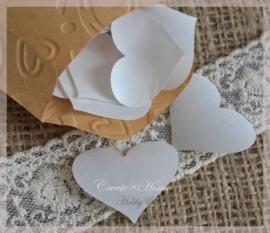 Gegomde hartjes bruin of wit in een pergamijn of kraft loonzakje