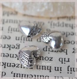 Metalen antiek zilveren kraal hartje. Per 10