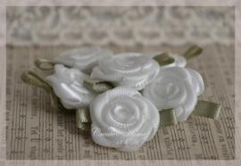 Satijnen roosjes wit. Per 5