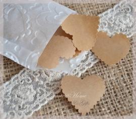 Gegomde sculp hartjes bruin of wit in een pergamijn of kraft loonzakje