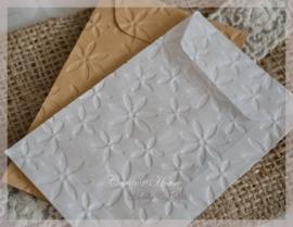 Bewerkte pergamijn & kraft loonzakjes, bloemen. Per 10