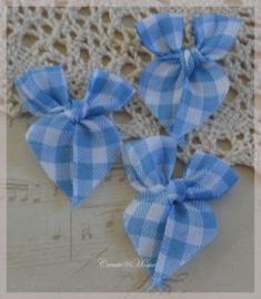 Stoffen strikjes, blauw/wit geruit. Per 10