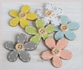 Houten bloemen met knoopje