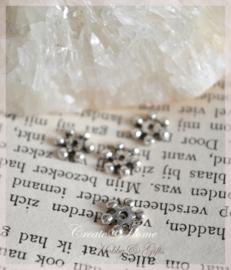 Metalen antiek zilverkleurige bloem kraal. Per 10