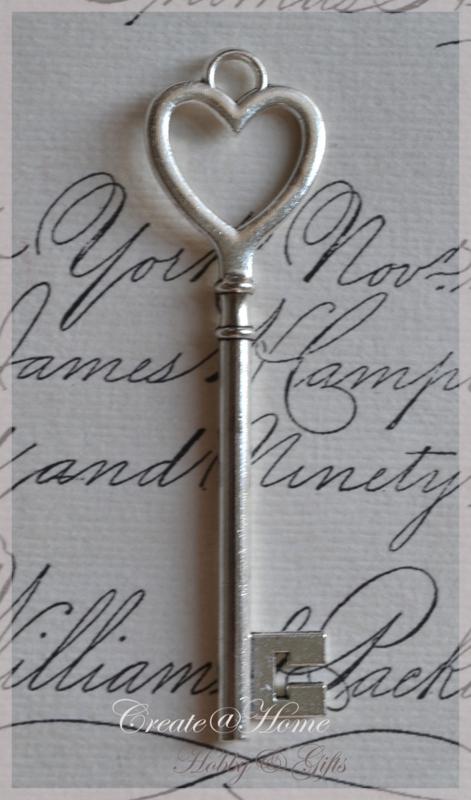 Zilverkleurige sleutels met hartje. Per 3