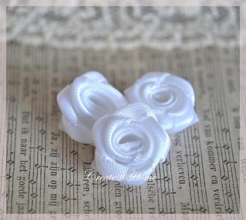 Satijnen roosjes wit