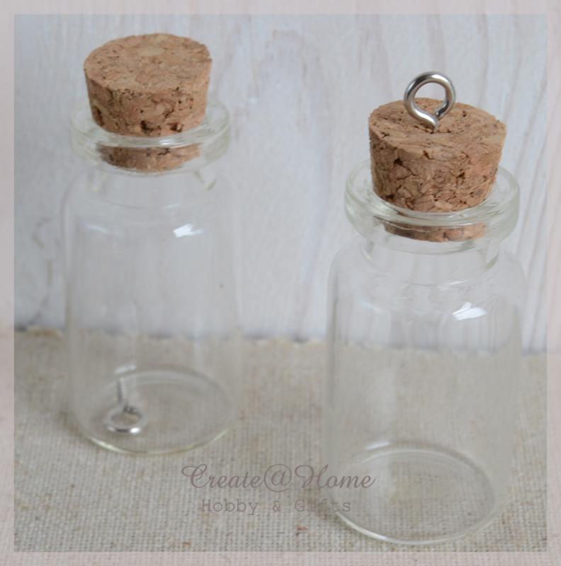 Mini glazen flesjes met kurk & schroefhanger. Per 4