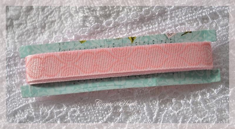 Stevig zalmroze sierlint met een werkje. Per 1,5 mtr.