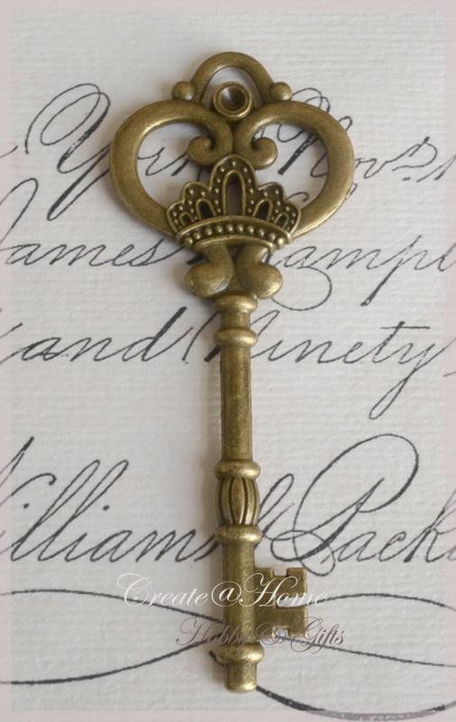 Vintage bronskleurige sleutels plat. Per 2