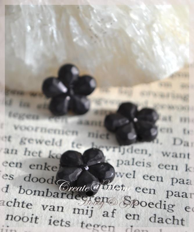 Acryl bloem kralen zwart. Per 10