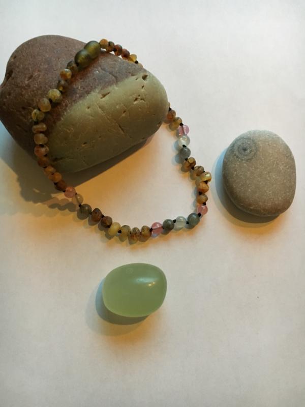 Barnsteen ketting baby/peuter (32cm) raw green, rozenquartz, maansteen, labradorite