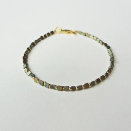 armbandje van  metallic en gouden  kraaltjes