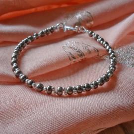 armband van metallic en zilveren kraaltjes