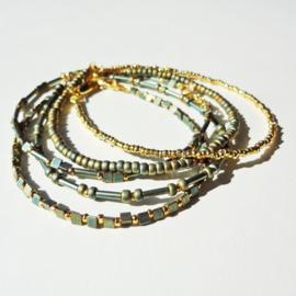 Armbandjes van metallic en gouden kraaltjes