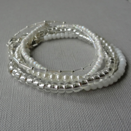 set armbandjes in wit en zilver