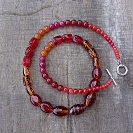 Ketting van natuursteen en glas in rood-oranje