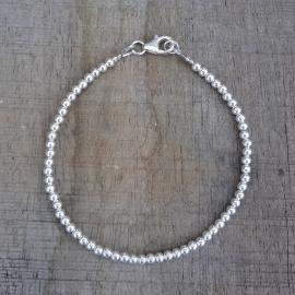 Armband van zilveren kraaltjes