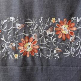 sjaal grijs met bloemenrand