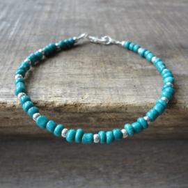 armbandje van turquoise en zilveren kraaltjes