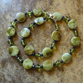 Ketting van olijfkleurige turkoois met peridot en hematiet kraaltjes.
