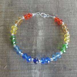 Armband van kristal glas in regenboogkleuren.