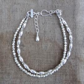Armband van twee rijtjes zilveren kralen