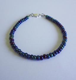 Armbandje van metallic blauwe  kraaltjes