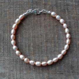 Armband van abrikooskleurige kweekpareltjes