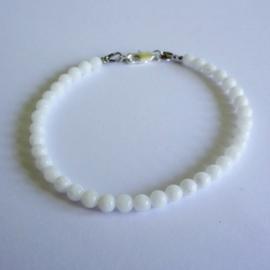 Armbandje van witte jade