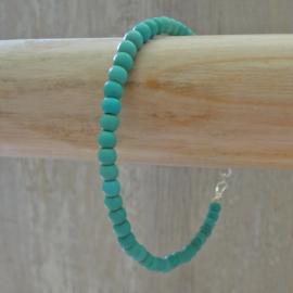 armbandje van turquoise kraaltjes