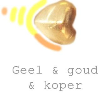 goudkleurige en koperen sieraden