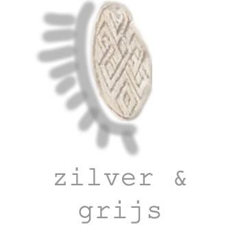zilverkleurige en grijze sieraden