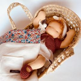 Petite Bébé - een 12''/30 cm lang  Waldorf Baby popje in Mozes mandje - Cinnamon