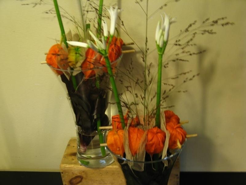 Hoge smalle vaas Incl. bloemen € 13,95